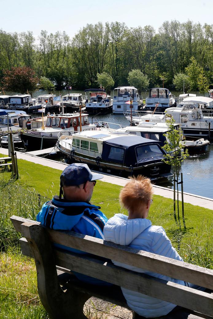 Aan de Linge ligt een mooi jachthaventje.