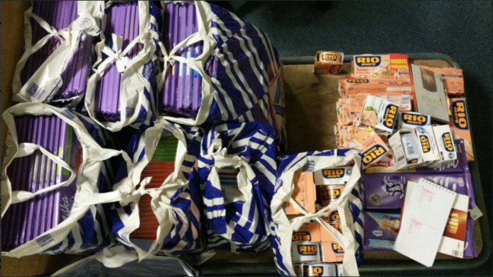 De politie vond 322 Milka-repen, 150 doosjes Merci en 85 blikjes Rio Mare.