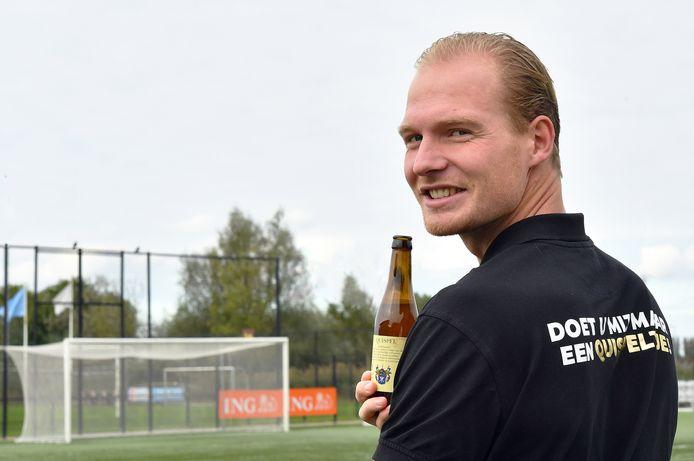Sebastiaan Quispel, voetballer van VOC, drinkt zijn eigen bier.