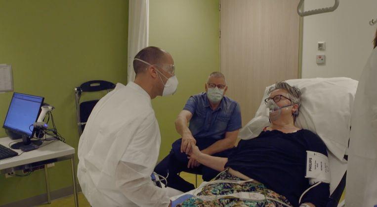 Uit de documentaire 'Veerkracht'. Een arts vertelt een patiënt vertelt dat ze moet worden opgenomen op de ic. Beeld RTL/Videoland