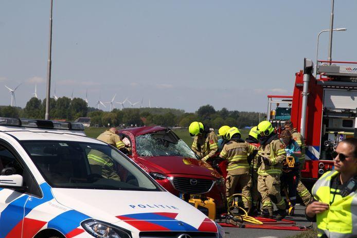 De brandweer probeerde de bestuurder van de personenauto met man en macht te bevrijden.