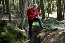 Paul Klinkenberg in een van de oude loopgraven.