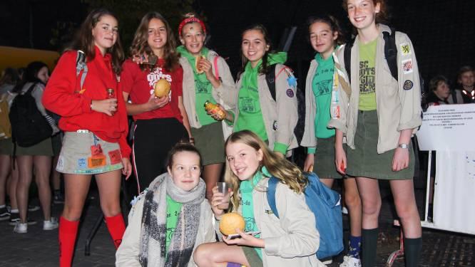 Jongeren komen per jeugdverenigingsbubbel lunchpakket halen tijdens Dag van de Jeugdbeweging