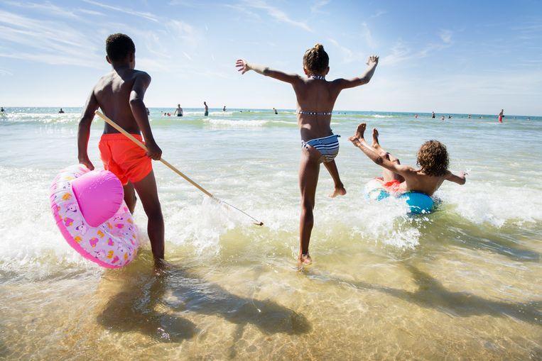 Spelende kinderen in Castricum aan zee Beeld Sanne De Wilde