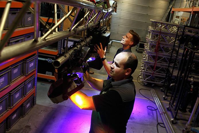 Peter Knijf en Paul van der Heijden (onder) zijn hard bezig in hun loods met de instellingen van de LED-spots.