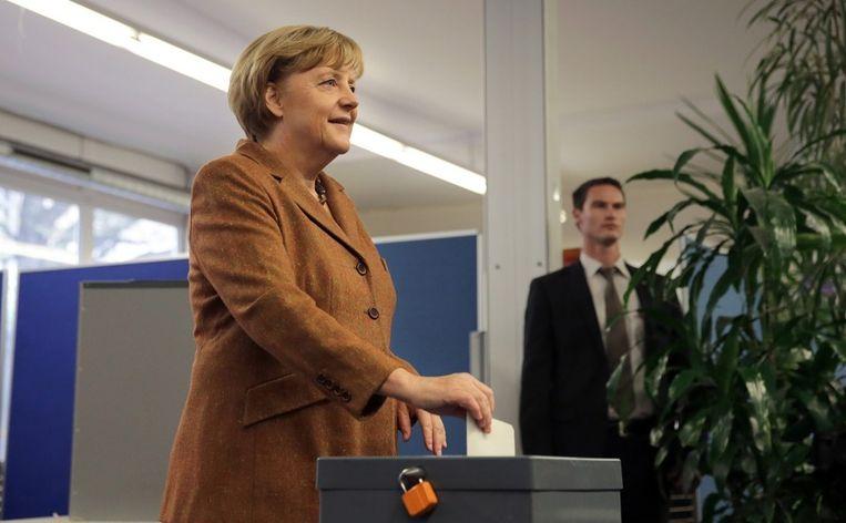 Bondskanselier Angela Merkel zondag bij het uitbrengen van haar stem in Berlijn. Beeld epa