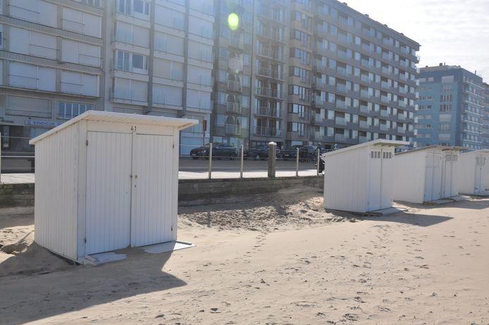 De strandcabines worden beetje bij beetje terug afgebroken.