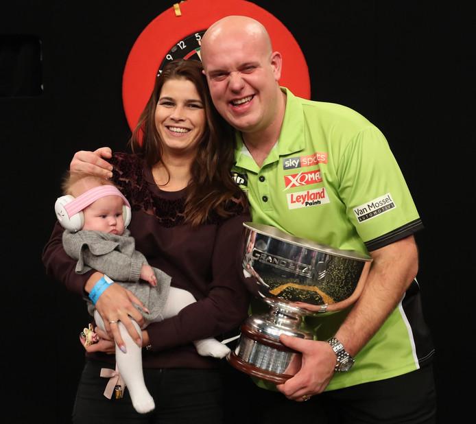 Michael van Gerwen poseert met zijn vrouw Daphne en dochter Zoë met de trofee.