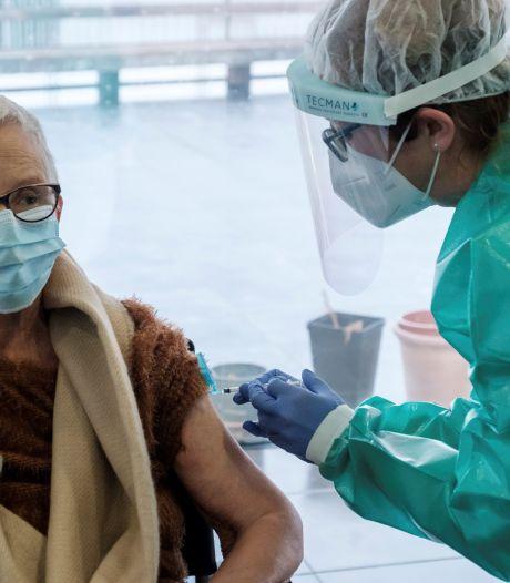 Non, le vaccin d'AstraZeneca n'est pas moins efficace chez les personnes âgées