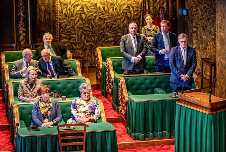 Leden van de Eerste Kamer tijdens een stemming. Beeld null