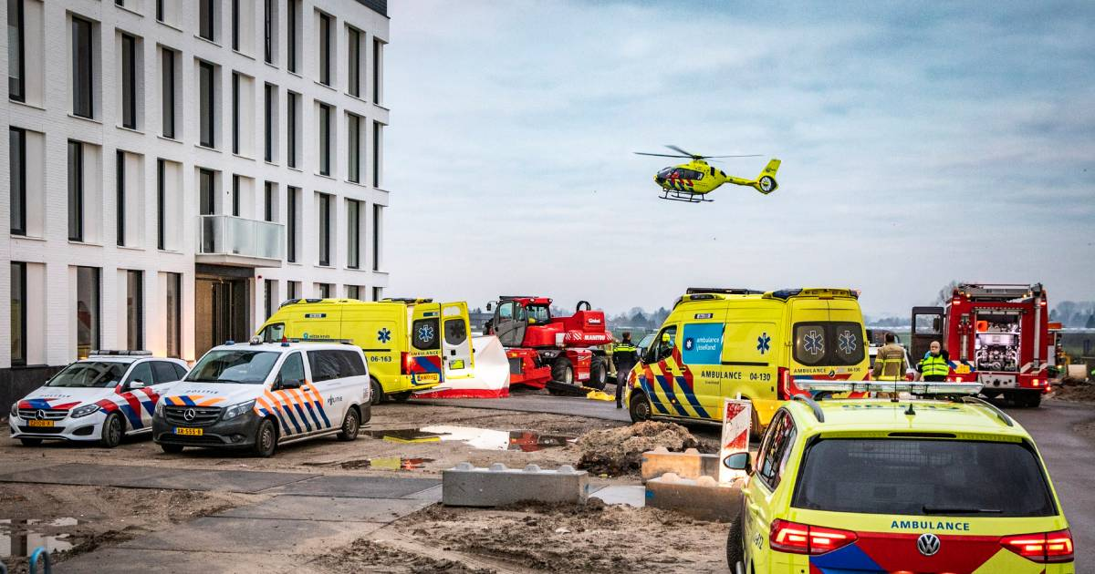 Tragisch ongeluk in Zutphen: persoon valt tijdens inladen van hoogwerker van vier hoog naar beneden.