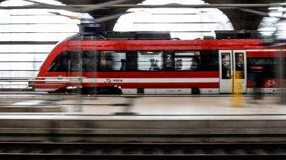 Treinsurfer in Frankfurt raakt bovenleiding en is zwaar verbrand