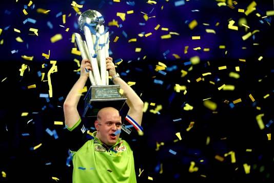Het is hem gelukt! Voor de derde keer mag Van Gerwen de Sid Waddell Trophy in de lucht houden.