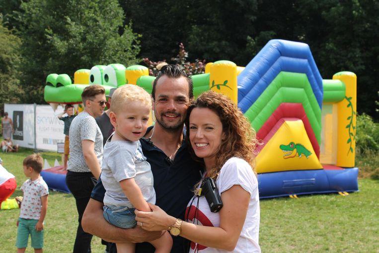 Bonny met haar vriend Lewis en haar zoon Benoit op de benefiet van haar overleden man.