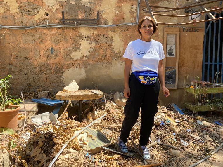 Ondernemer Rana Dirani temidden van het puin dat door de explosie in Beiroet is veroorzaakt.  Beeld Daisy Mohr