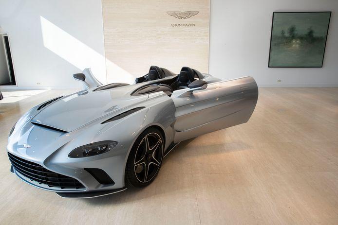 Een bijzondere auto in de showroom van Cito Motors in Eindhoven: de Aston Martin V12 Speedster, geïnspireerd op een succesvolle rallyauto van eind jaren vijftig.