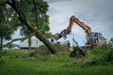 Groenverzorgers zijn druk bezig met het opruimen van de stormschade. Foto: Erik van 't Hullenaar.