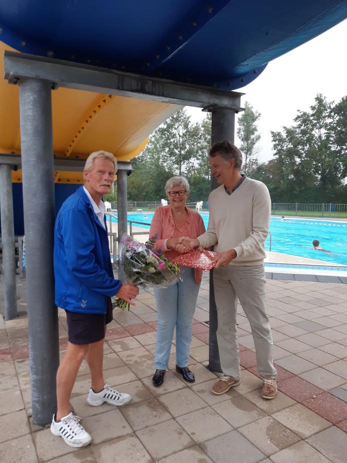 Joke Greeve wordt gefeliciteerd door Henk van Lohuizen (links) en Gerhard Jansen (rechts).