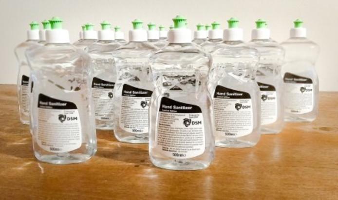 De flessen met desinfectiemiddelen van DSM worden deze week door de overheid over ziekenhuizen en zorginstellingen verdeeld.