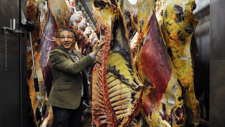 Kwaliteitsmanager Arjen de Ruiter van slachthuis Van Hattem Vlees laat de slachterij in bij de hoofdlocatie in het Gelderse Dodewaard zien (foto 29 januari 2014). Beeld ANP