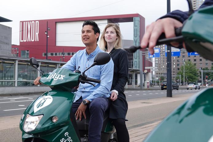 De elektrische deelscooter Felyx komt naar Rotterdam. In augustus wordt ie uitgetest door 324 proefrijders, medio september kan iedereen hem gebruiken.