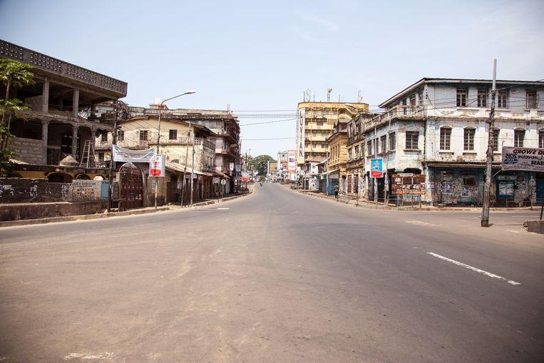 Een lege straat in Sierra Leone. Beeld null