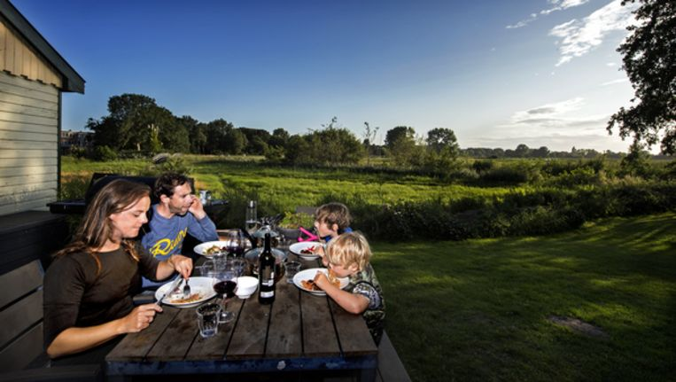 Laurens ten Dam in zijn achtertuin met vrouw Thessa en zonen Jens (achter rechts) en Bodi. Beeld Klaas-Jan van der Weij