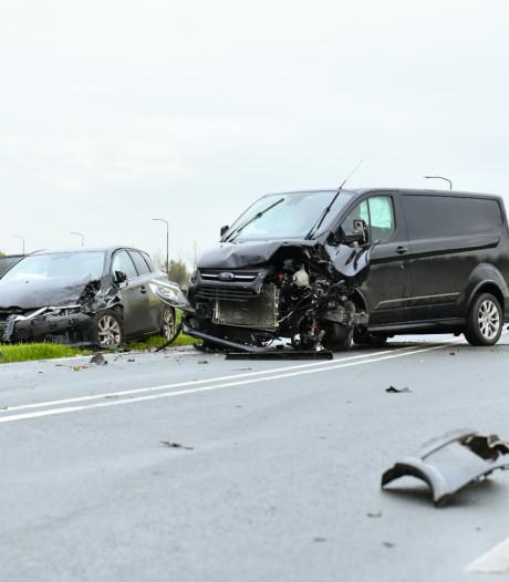 Gewonden bij botsing met drie auto's in Houten, kind komt met schrik vrij