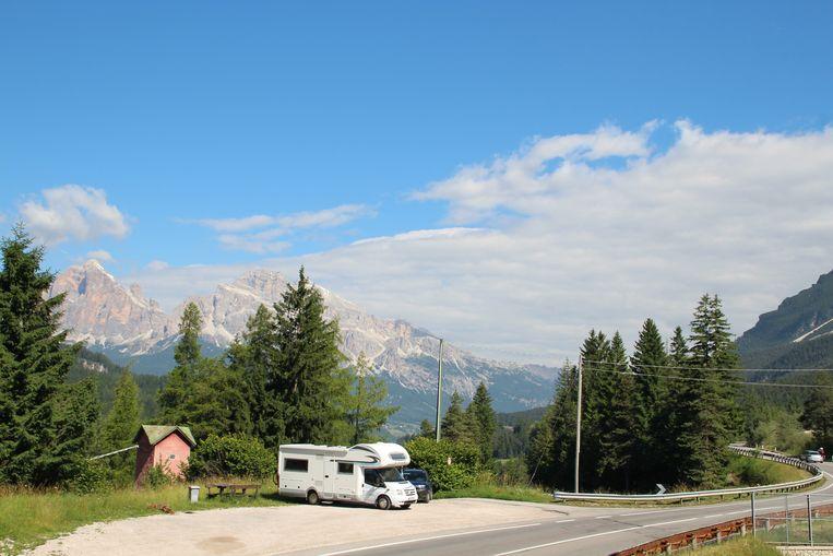 Een camper op een Italiaanse parkeerplaats. De verkoop van kampeerauto's stijgt in Nederland ongekend snel. Beeld Hollandse Hoogte