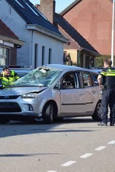 Heftige beelden van ongeluk Calfven: auto vliegt op de kop door dorp