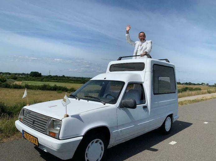 Ronnie Ruysdael heeft zijn 'pausmobiel' in de verkoop gedaan.
