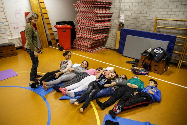 Ook yoga is een van de naschoolse activiteiten die leerlingen kunnen kiezen Beeld Carly Wollaert