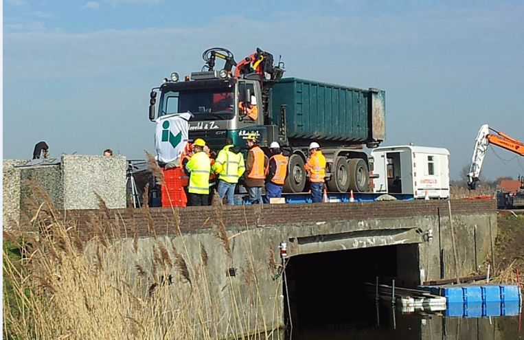 Iv-Infra test een oude brug bij Schipluiden. Beeld Iv-Infra