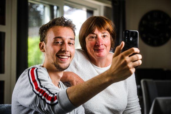 "Jietse Pauwaert met mama Kathleen: ""Gelukkig kan ze er zelf om lachen"""