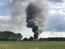 Grote schuurbrand in Den Ham, rook in wijde omgeving te zien