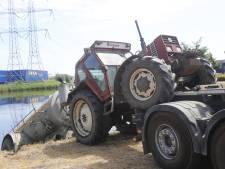Tractor zakt achteruit in vijver tijdens oppompen van water