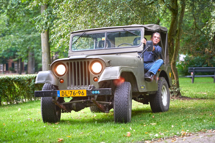 Jack Geurts in zijn oude Jeep