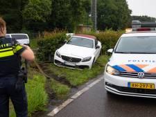 Scherven brengen geluk: Mercedes in trouwstoet slipt heg in
