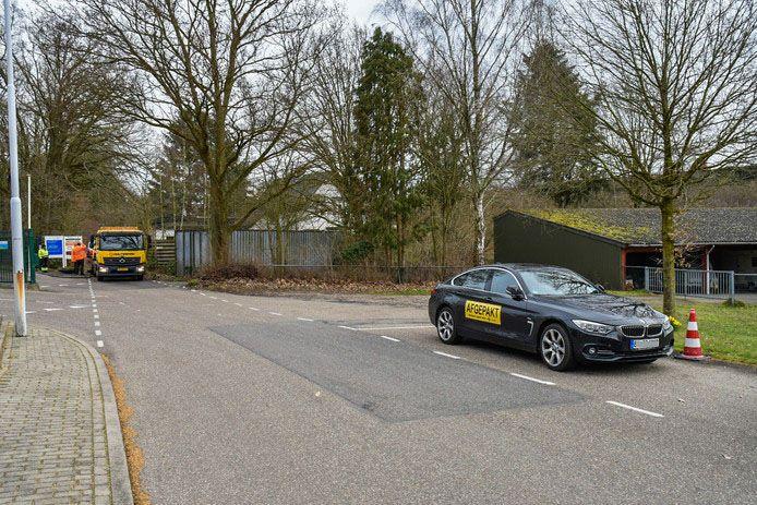 De BMW die in beslag genomen is bij het bedrijfspand in Heelsum, nadat daar een wietkwekerij werd gevonden.