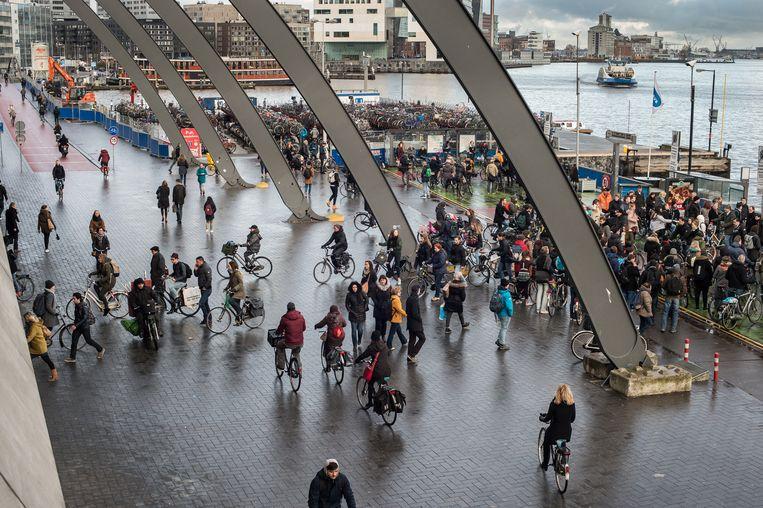 De ruimte achter het Centraal Station waar voetgangers en fietsers elkaar kruisen. Beeld Mats van Soolingen