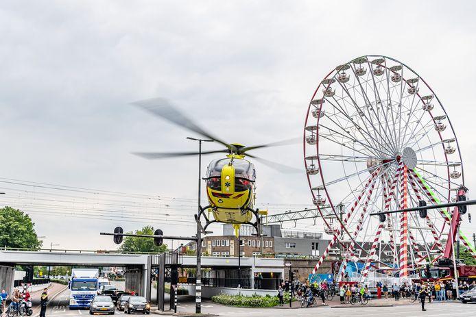 Traumahelikopter landt op drukke kruising Spoorlaan Tilburg