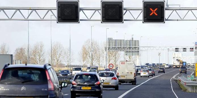 Spitsstrook doet 't weer. Camera's boven A15 tussen Rozenburg en Spijkenisse hersteld