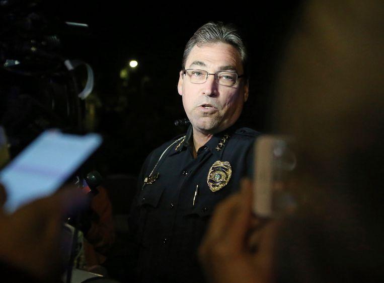 Politiechef Michael DeLeo geeft een persconferentie.