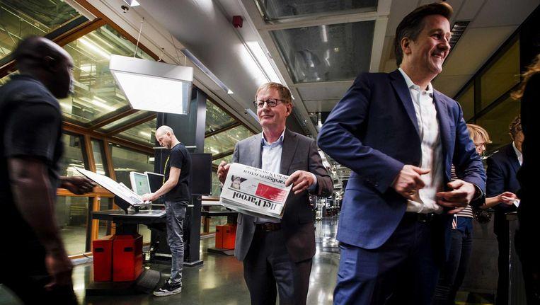 Frits Campagne (M) CEO van de Persgroep, en Parool-hoofdredacteur Ronald Ockhuysen (R) in de drukkerij waar de eerste editie van de vernieuwde versie van het Parool van de persen rolt Beeld anp