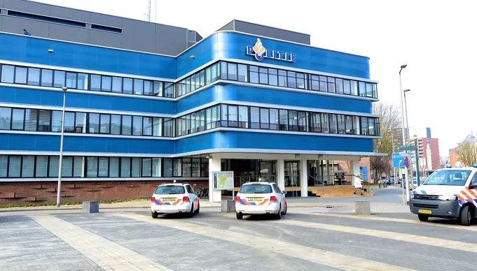 De betwiste arrestatie die leidde tot de rechtszaak vond plaats in het politiebureau in Enschede.