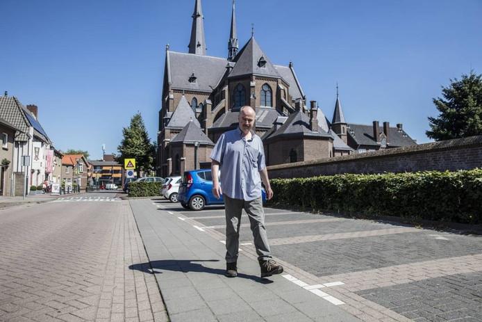 Deken John van de Laar moet na het ongeval veel wandelen om volledig te herstellen. Foto Ton van de Meulenhof/Fotomeulenhof