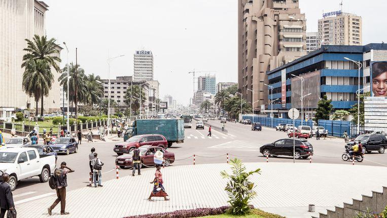 Kinshasa: alle bomen uit de koloniale tijd moesten wijken voor 15 kilometer nieuwe vierbaansweg, die nu het stadscentrum verbindt met de luchthaven. De ingreep scheelde twee uur reistijd. Beeld yvonne brandwijk