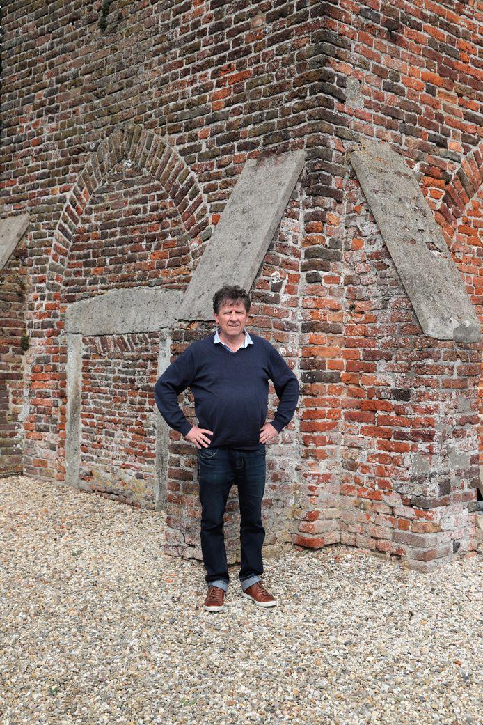 Gedenktekens Heusden. Portret van historicus Kees van den Oord (1952) voor de niet opgeblazen kerk van Heesbeen.