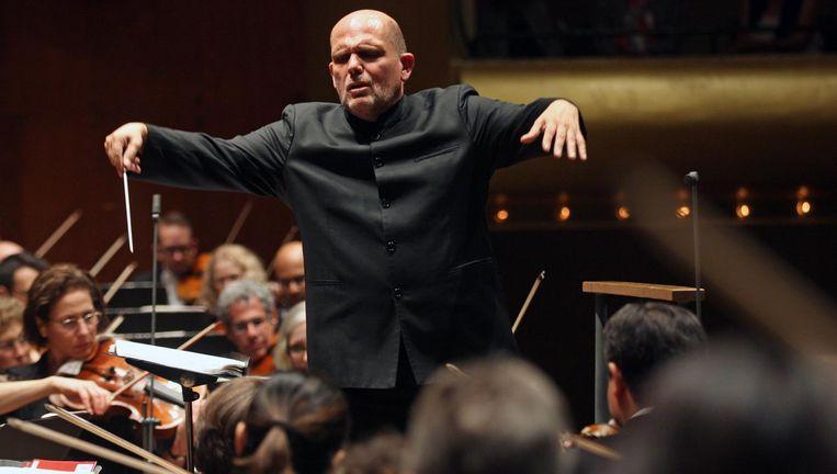 Jaap van Zweden leidt het New York Philharmonics Orchestra in de David Geffen Hall in New York. Beeld getty