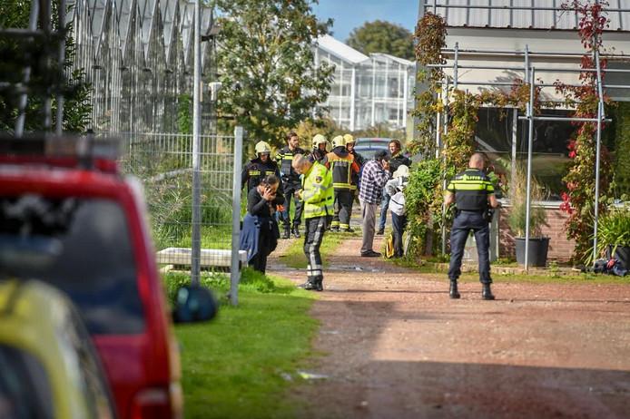 Medewerkers van verschillende hulpdiensten bij het bedrijf van een kweker aan de Achterweg in Nieuwe Wetering.